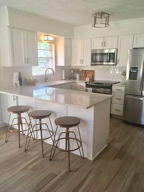 64. A luminária para cozinha pode chamar a atenção mesmo com um formato simples. Foto: Casa e Festa