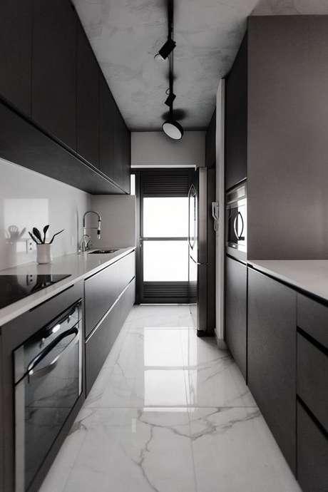 58. Você pode usar um trilho para inserir a luminária para cozinha. Foto: Casa de Valentina