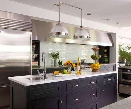 35. Esse modelo de luminária para cozinha possui uma armação diferente e moderna