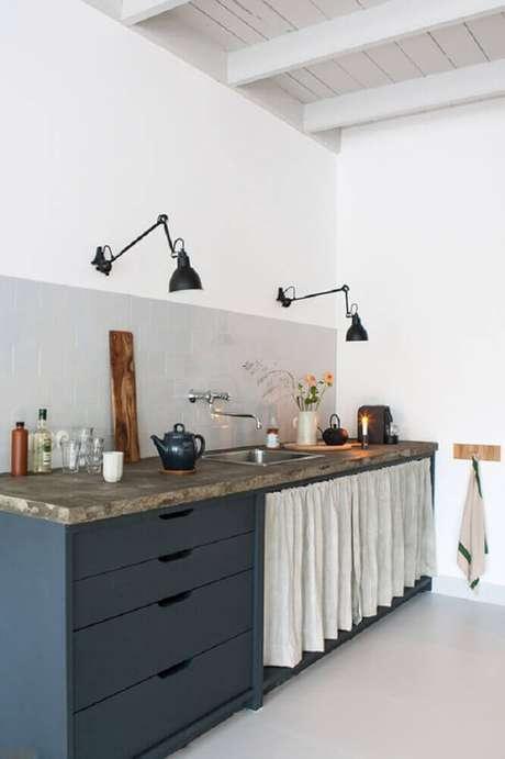 50. Luminária para cozinha instalada na parede