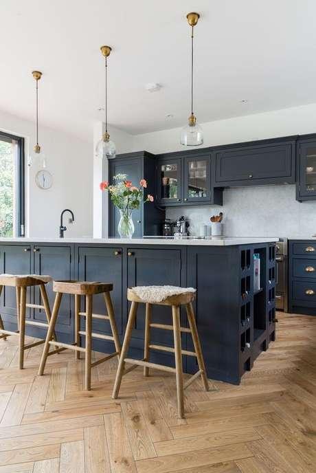 57. Esta luminária para cozinha usa o vidro em sua estrutura. Foto: Rangel Design