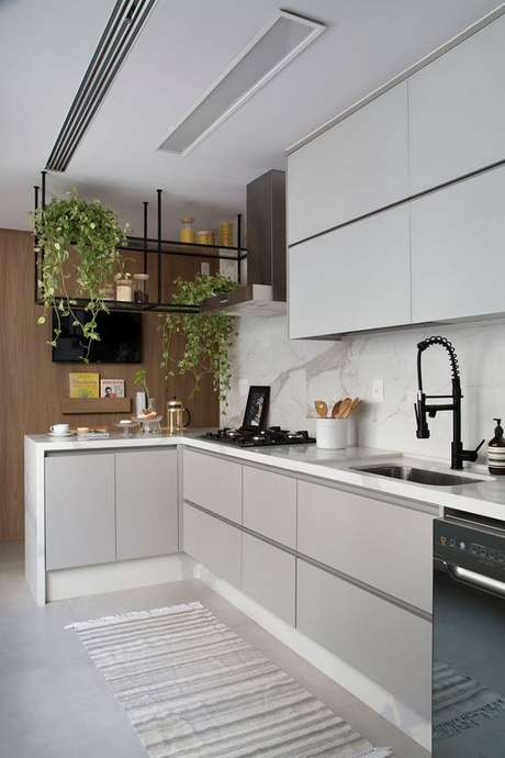 65. A luminária para cozinha é interessante mesmo quando em embutida totalmente. Foto: Casa de Valentina