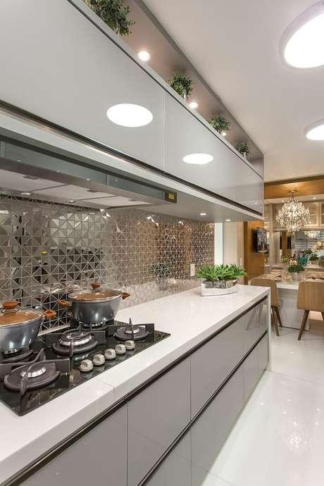 56. A luminária para cozinha é sempre interessante quando embutida. Foto: Homify