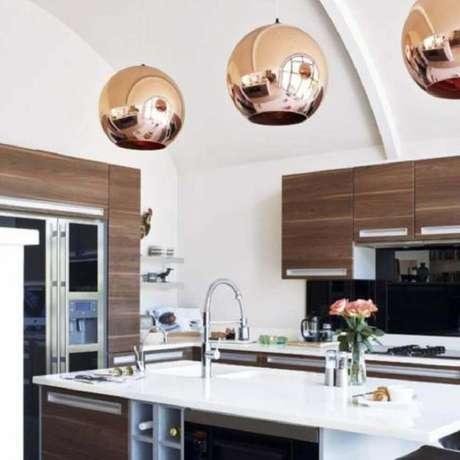 19. A luminária para cozinha em tons de rose trás feminilidade ao ambiente