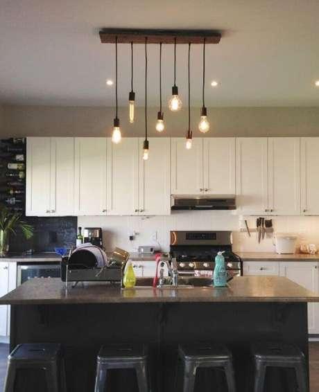 20. Modelo minimalista de luminária para cozinha