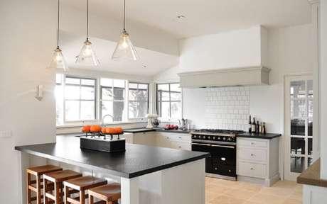 21. Linda decoração com modelo de vidro de luminária para cozinha