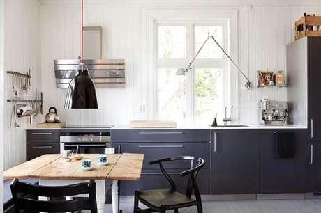 30. Modelos diferentes de luminária para cozinha também podem render um bom resultado