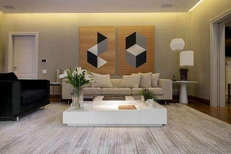 23. Para não errar na decoração com quadros grandes para sala de estar prefira modelos que sigam a mesma proposta. Fonte: Pinterest