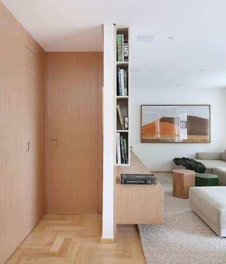24. Salas mais compactas também podem receber quadros decorativos grandes para sala. Fonte: Pinterest