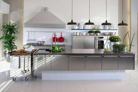 39. Modelo moderno de luminária para cozinha americana