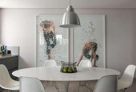 42. Quadros grandes para sala de jantar toda branca. Fonte: Pinterest