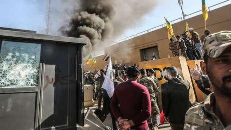 Manifestantes atacaram a embaixada dos EUA em Bagdá após ataques dos EUA a uma milícia iraquiana.