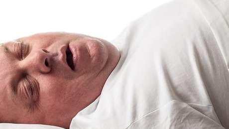 A apneia do sono pode causar ronco alto e respiração ruidosa enquanto a pessoa dorme