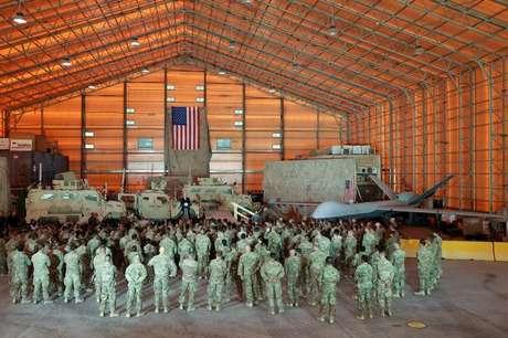 Drone, veículos blindados e soldados dos EUA na base aérea de Al Asad, no Iraque 23/11/2019 REUTERS/Jonathan Ernst