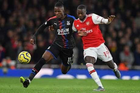 Pépé (dir.) e Saha (esq.) estarão em ação por Arsenal e Crystal Palace (Foto: DANIEL LEAL-OLIVAS / AFP)