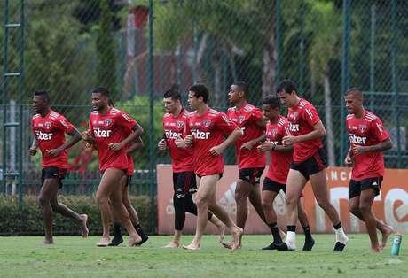 Jogadores do São Paulo correm no campo após o treino - FOTO: Rubens Chiri/saopaulofc.net