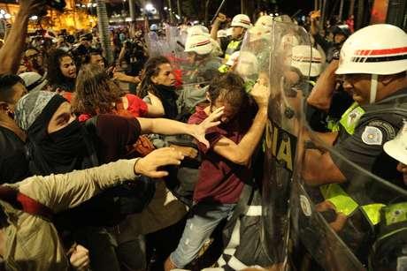 Manifestantes enfrentam policiais durante o segundo protesto do ano organizado pelo Movimento Passe Livre (MPL).