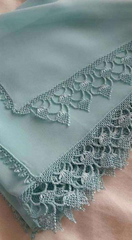 76. Toalha decorativa com bico de crochê – Via: Pinterest
