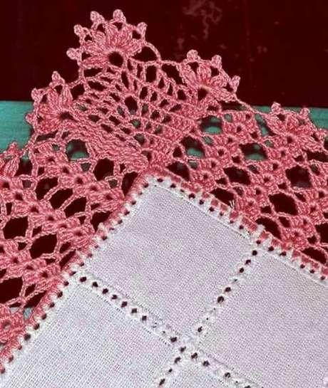 79. Bico de crochê com detalhes rosa – Via: Tudo Especial