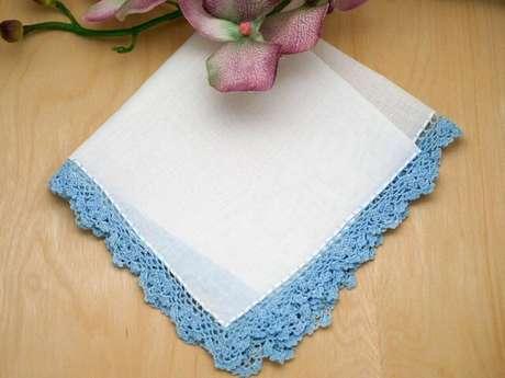 40. Bico de crochê para pano de prato azul em toda a peça. Foto de Bumblebee Linens