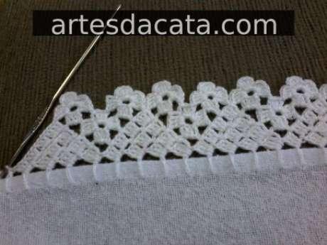 30. Bico de crochê para pano de prato com triângulos e florzinhas. Foto de Artes da Cata