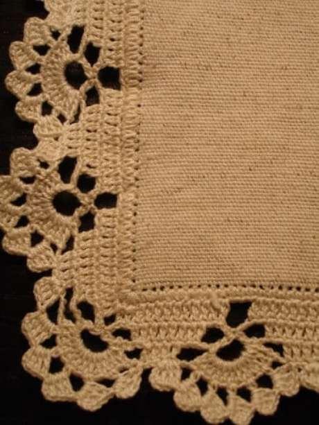 6. O bico de crochê para tapete em cor clara é ótimo por poder ser usado em praticamente qualquer cômodo da casa. Foto de Pinterest