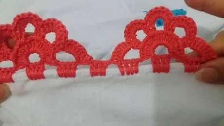 48. Bico de crochê rosa em formato de meia flor. Foto de Construindo Decor