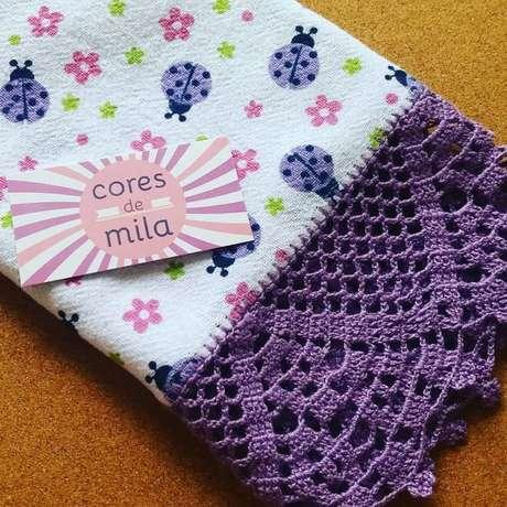 82. Bico de crochê roxo para toalhinha de bebe – Foto: Cores de Mila