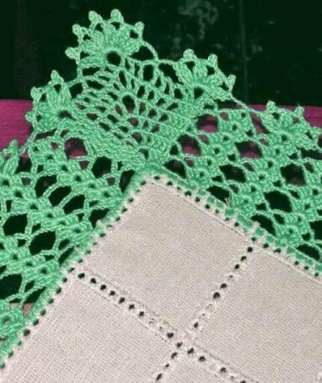 44. Bico de crochê verde em pano branco. Foto de By Mariza Crochet