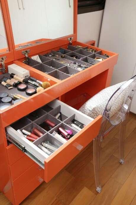 67. Penteadeira laranja para quarto moderno – Projeto: Maira Marchio