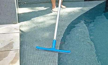 5. Um jeito efetivo de como limpar piscina são as escovas, que devem ser macias para não danificar o revestimento.