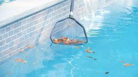 4. A peneira é um modo essencial de como limpar piscina.