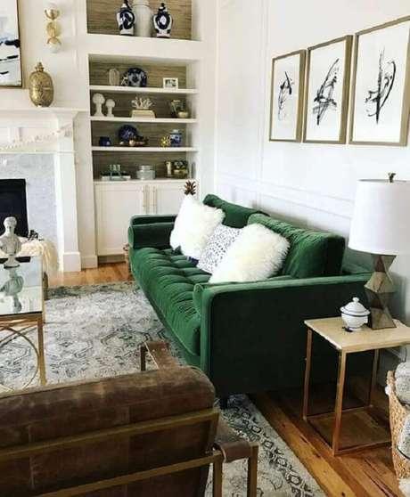 20. Decoração clássica para sala com sofá verde de veludo e estante planejada – Foto: Article