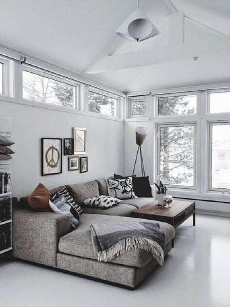 21. Decoração clean para sala cinza com sofá com chaise e várias almofadas – Foto: Webcomunica