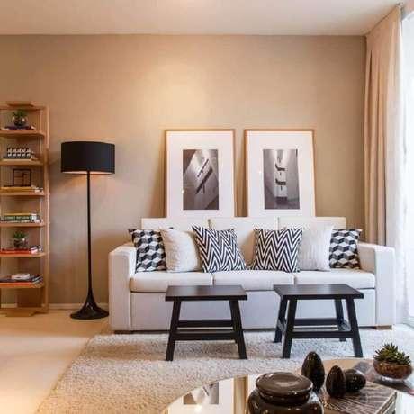 25. Decoração em tons neutros para sala com sofá branco – Foto: Mandril Arquitetura