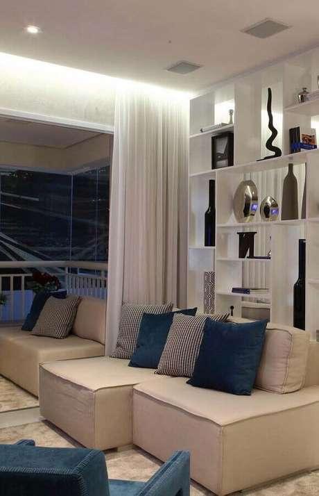 8. Decoração com sofá pequeno para sala em tons neutros com estante vazada – Foto: Pinterest