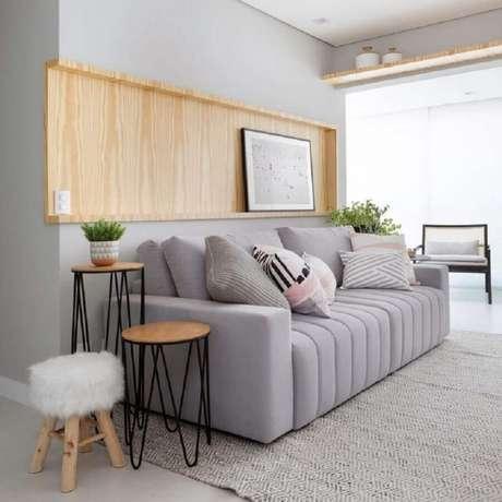 26. Decoração minimalista para sala com sofá cinza e mesa lateral redonda – Foto: Moana Arquitetura