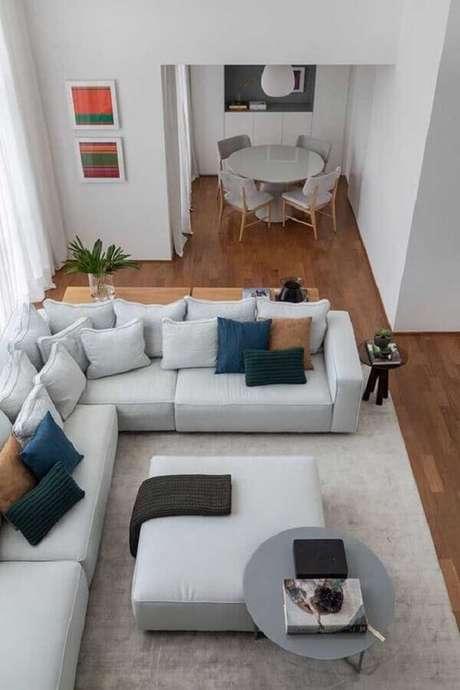 6. O sofá de canto é um móvel que se encaixa bem tanto em salas pequenas quanto amplas – Foto: Pinterest