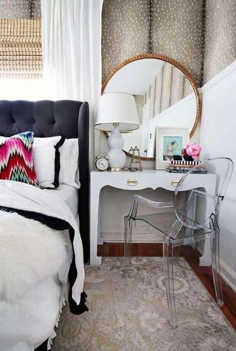3. Decoração para quarto com penteadeira pequena ao lado da cama e espelho redondo – Foto: Pinterest
