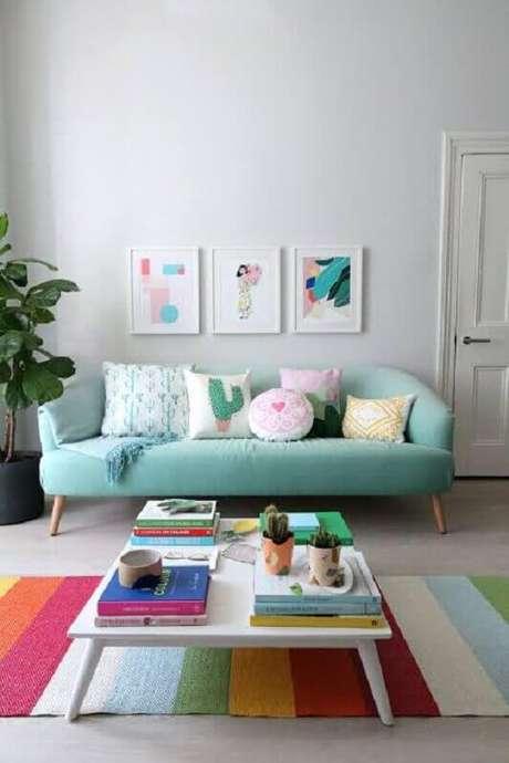 32. Decoração para sala com tapete colorido listrado e sofá retrô verde água – Foto: Happy Shappy