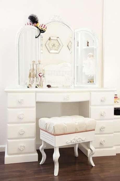 52. Penteadeiras brancas combinam com quartos clean e modernos – Foto: Roberta Santos
