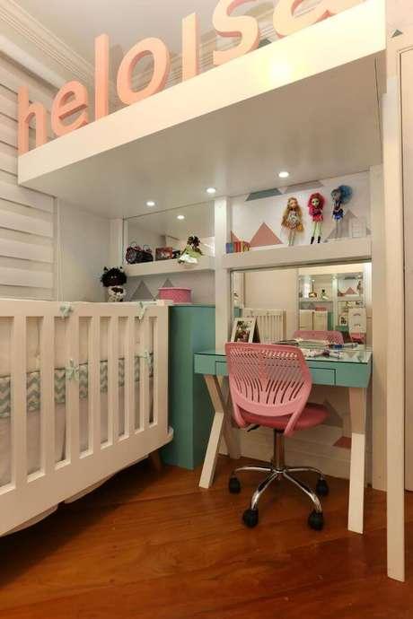 50. Quarto de menina com penteadeira verde e cadeira rosa – Projeto: Bianchi Lima