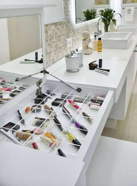 2. Penteadeira pequena com espaço para guardar maquiagens – Projeto: Tetriz Arquitetura