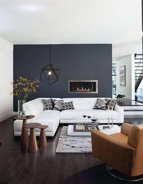 34. Sofá de canto branco para decoração de sala sofisticada com parede preta e lareira – Foto: Homis Home
