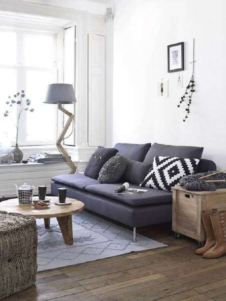 36. Decoração simples para sala com sofá pequeno cinza sem braço – Foto: Pinterest