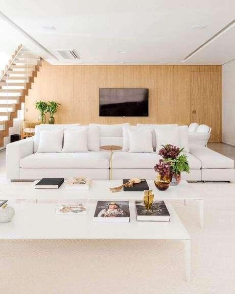 37. Decoração sofisticada para sala ampla com sofá branco – Foto: Figueiredo Fischer Arquitetos
