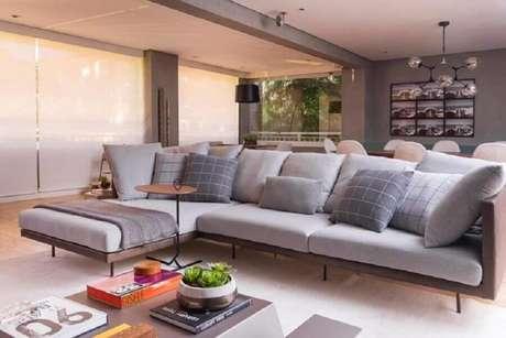 7. Invista no sofá com chaise para salas modernas e sofisticadas – Foto: Bossa Arquitetura