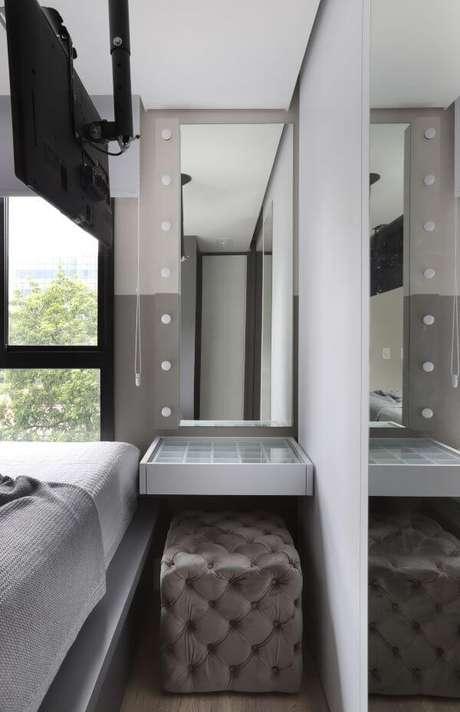 8. Penteadeira suspensa com puff ao lado da cama – Projeto: Sara Rollemberg