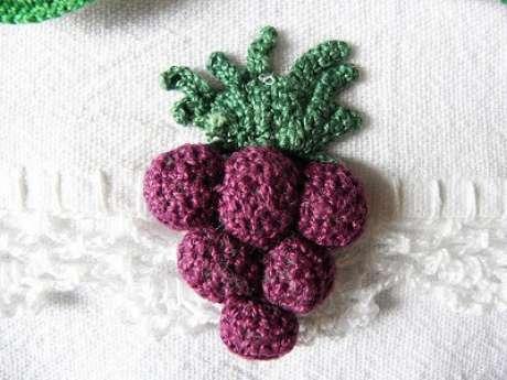 54. Mini crochê de cacho de uvas em bico de crochê. Foto de Essas e Outras