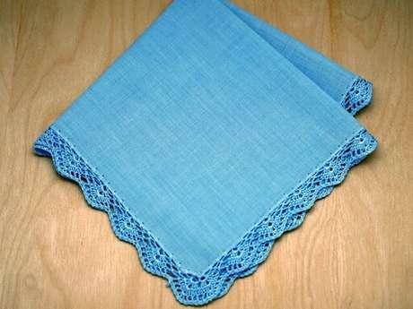 42. Pano de prato azul com bico de crochê na mesma cor. Foto de Bumblebee Linens